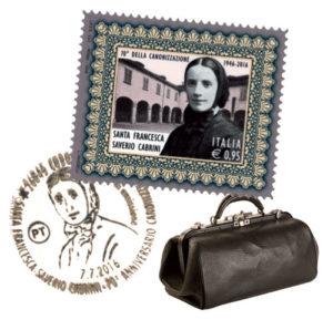 Il francobollo e l'annullo commemorativi del settantesimo anniversario della canonizzazione di Francesca Cabrini e la borsa da viaggio usata dalla religiosa